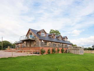 BIG BEAR LODGE, WiFi, open-plan, Melverley