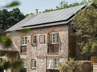 Tamar Valley - Kingfisher Barn, with private hot tub, award winning property