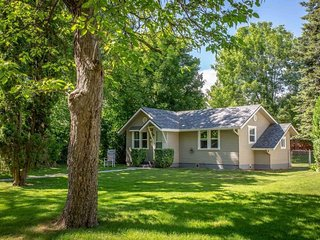 Charming home w/ enclosed yard in heart of town - walk to lake, golf & dining!