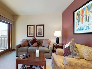 Walk to lift condo, shared hot tub & private balcony/ bus to dining & more