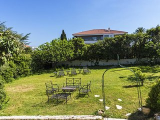 Charming home w/ garden, terrace & fruit trees - less than a mile to beaches!