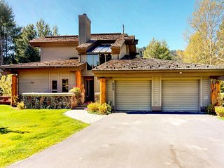 Delightful home w/access to shared hot tub, shared pool, tennis courts and more