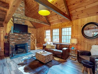 Updated cabin w/ outdoor fire, grill, fireplace -near beach and shopping!