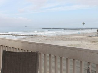 NEW LISTING! Beachfront ocean-view condo w/ shared pool & hot tub