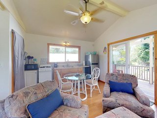 NEW LISTING! Secluded cabin in Keaau w/ lanai & free WiFi -drive to beaches
