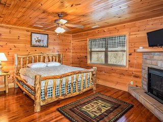 American Eagle--3BR luxury cabin w/mtn view/pets ok/game room/hot tub/privacy