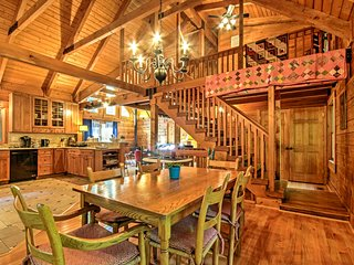 'Owl Lodge' Chalet w/ Deck at Massanutten Resort!
