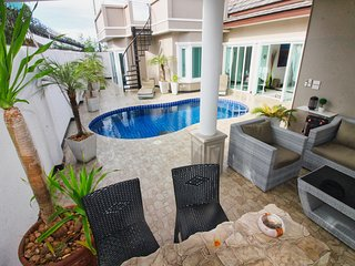 6 bedroom Pool Private jacuzzi and Free Breakfast near walking street and beach!