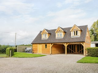 ACORN COTTAGE, Hot tub, barn conversion, Little Hereford