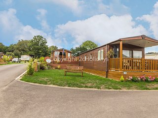 4 berth lodge at Haveringland Country Park with a lake view. REF 16018LV