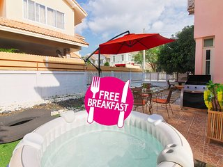 ★Free Breakfast★ 6 Beds Jacuzzi Villa with BBQ Free WiFi and Shuttle to beach