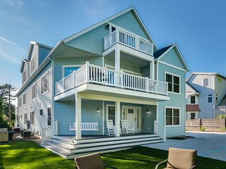 BRAND NEW Luxury Beach Homes -1 Min Walk to Beach & 5 min Walk Town+3 Decks+Yard