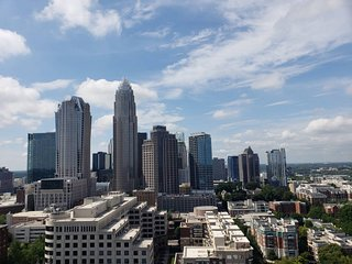 UNBELIEVABLE CITY VIEWS IN UPTOWN HIGH-RISE STUDIO