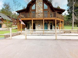 NewListing! Beautiful home w/hot tub, wrap-around deck & firepit -2 dogs OK!