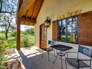 Lovely cottage with a deck & views, steps from wine tasting!