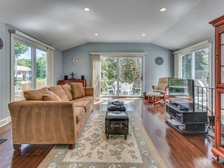 Beautiful, modern home w/deck, gas grill, WiFi- three miles to ferry terminal!