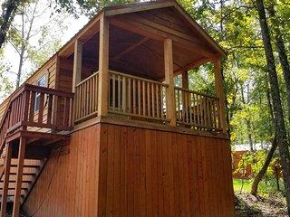 Pine Cone: Sleeps 5, 1 BD, 1 Bath, Forest View, Wifi, Pet Friendly