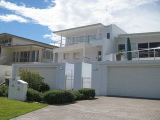 'Ultimate Beach House' 19a Graham Street - views , peace & quiet