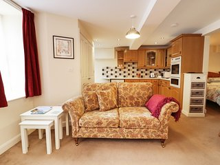 BROOK HOUSE COTTAGE, WiFi, amenities on doorstep, in Chagford