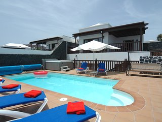 Villa 43, Sea Views, Childrens Play Area,Hot Tub,Pool, Ping Pong,Arcade Machine