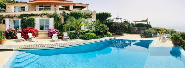 Vista frontale e terrazze piscina