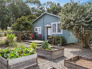 NEW LISTING!Enchanting garden cottage w/Netflix, free WiFi, cable & kitchenette