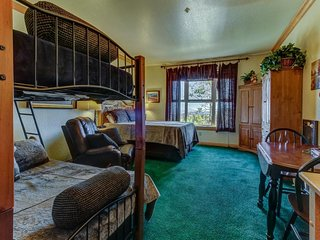 NEW LISTING! Mountain studio condo with shared pool/hot tub, walk to Navajo lift