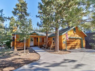 NEW LISTING! Charming cabin with a private hot tub, close to downtown & skiing!
