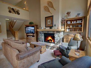 Ironwood 2984 w/Private Hot Tub, blocks from slopes, W/D in unit. Shuttle to Riv