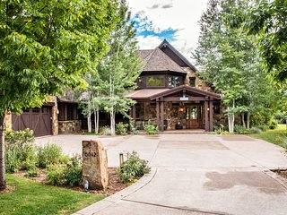 Vacation in Luxury with Gourmet Kitchen, Fire Pit, Hot Tub & Media/Billiard Room