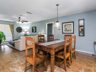 Stylish North Austin home with express access to NW, Central & South Austin! Gre
