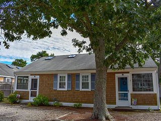 Immaculately clean 2 bedroom duplex less than .3 miles to Sea Street Beach