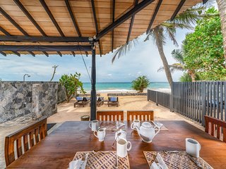 Blue Parrot Beach Villa, Right On The Beach, Breakfast included, 2 To 5 Person