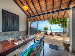 Red Parrot Beach Villa, Right On The Beach, Brekfast including, Free 4G WiFi A/C