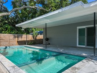 Completely renovated pool home in Siesta Village-Coolest House in the Village