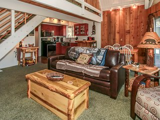 *SECLUDED YET CENTRAL CHALET~Minutes To Lake/Town~