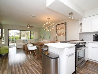 LIVE THE LAVISH KEYS LIFE! CONTEMPORARY VIBRANT, AIRY AND BEACHY TOWNHOUSE!