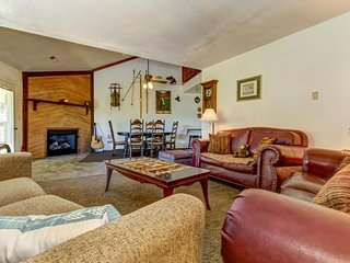 Spacious condo with mountain views - close to skiing and biking trails!