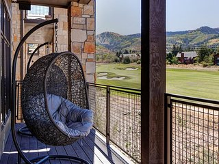 NEW LISTING! Luxury condo w/ large deck, shared pool/hot tub, walk to ski access