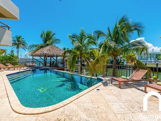 Villa Callista · Huge Luxury Waterfront Pool Hot Tub Vacation Home!