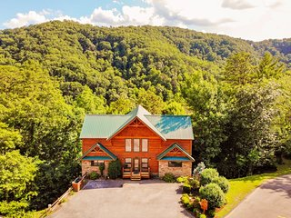 A Cabin to Remember - 5 Bedrooms, 5 Baths, Sleeps 18