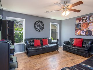 GORGEOUS SPACIOUS HOME IN THE MIDDLE OF EVERYTHING (AIRPORT, DOWNTOWN, COTA)