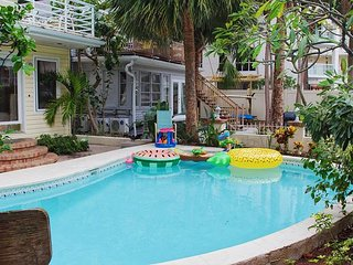 Treasure Island Beach Florida, Pool Wifi Walk to Beach Sleeps 2