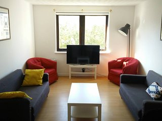 Large Two Bedroom Flat 10 min Bus Ride to Centre