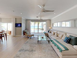 SUMMER PROMO - 3 Bedroom Plus Den Beach Front Home in West Bay - Sleeps 10!
