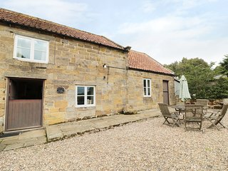 ORCHARD COTTAGE, woodburning stove, pet friendly, near Kirbymoorside, ref 983978