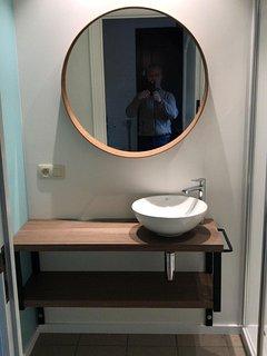 Nieuwe badkamers met douche en lavabo