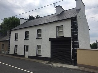 Sonny's Lodge - A newly renovated 4 bedroom house a few steps from Irish Pub