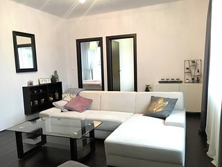 Feel like Home in Modern Fully Equipped APT in OLD TOWN, Must See Pics