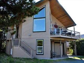 CHINOOK HOUSE~MCA 1219~Beautiful home with hot tub and 1/2  block to beach